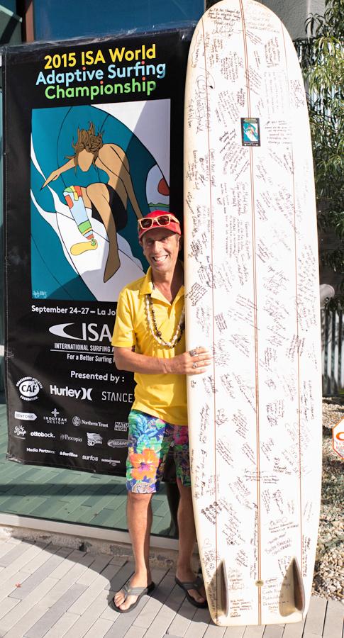 Aguerre demuestra un tabla firmada por todos los competidores en el ISA World Adaptive Surfing Championship quienes asistieron el Simposio. Foto: ISA/Reynolds