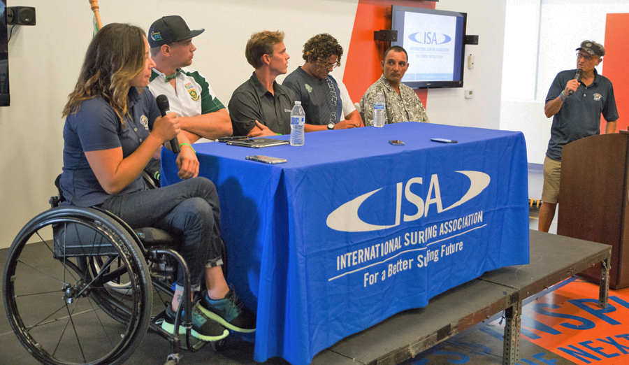 """De izquierda a derecha, Alana Nichols (EE.UU.), Dries Millard (RSA), Mike Coots (HAW), Ismael Araya (CRI) y Alcino """"Pirata"""" Neto (BRA), conversan sobre sus experiencias como surfistas adaptados. Foto: ISA/Reynolds"""