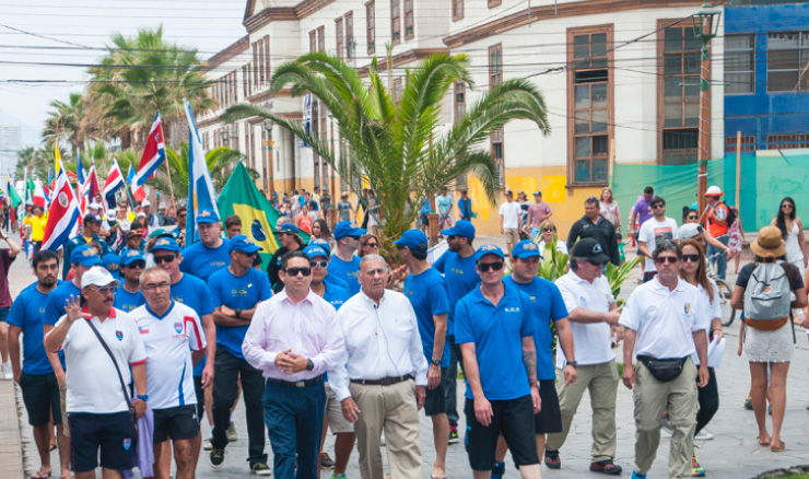 """The Mayor of Iquique, Jorge Soria along with ISA Officials and the 13 National Delegations paraded down Iquique's iconic """"Baquedano"""" street and into the """"Plaza Arturo Prat"""" square in the center of the city, in front of hundreds of local spectators. Photo: ISA/Rommel Gonzales"""