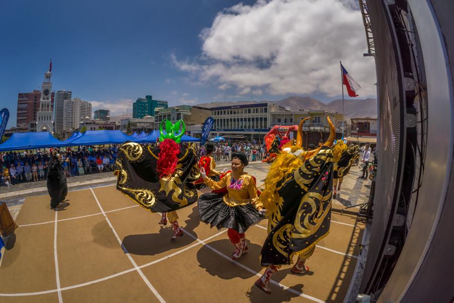 Un grupo local de Iquique desempeña para la audiencia internacional durante la Ceremonia de Apertura. Foto: ISA/Sean Evans