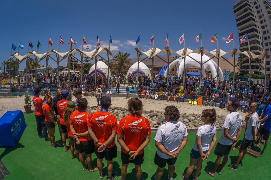 La multitud de Iquique demuestra su apoyo para el desempeño fuerte del Equipo de Chile que les ganó la Medalla de Plata. Foto: ISA/Sean Evans