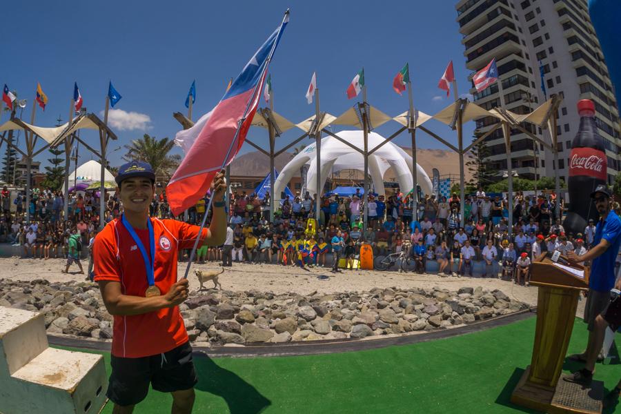 Yoshua Toledo de Chile se alegra en la Ceremonia de Clausura después de ganar su segunda Medalla de Oro Junior de la ISA consecutiva. Foto: ISA/Sean Evans
