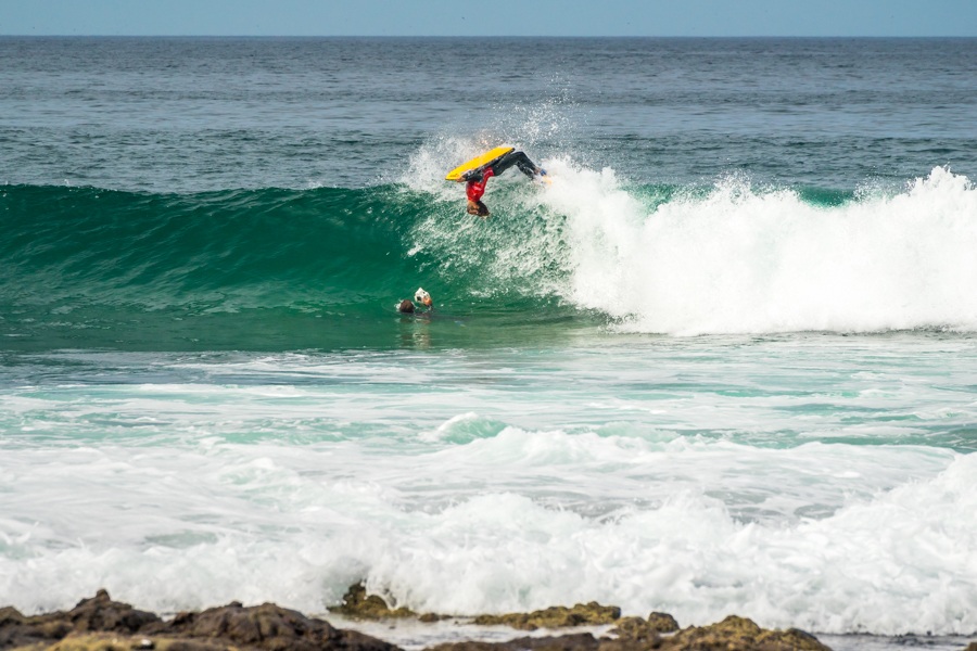 Pierre Louis Costes de Francia encuentra una sección crítica para desempeñar un backflip en la Punta 1. Foto: ISA/Sean Evans