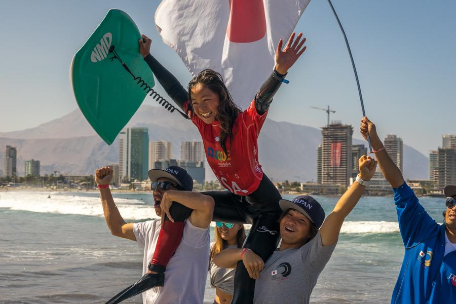 Shiori Okazawa de Japón celebra después de ser coronada la primera Campeona Mundial de la ISA del día. Foto: ISA/Sean Evans