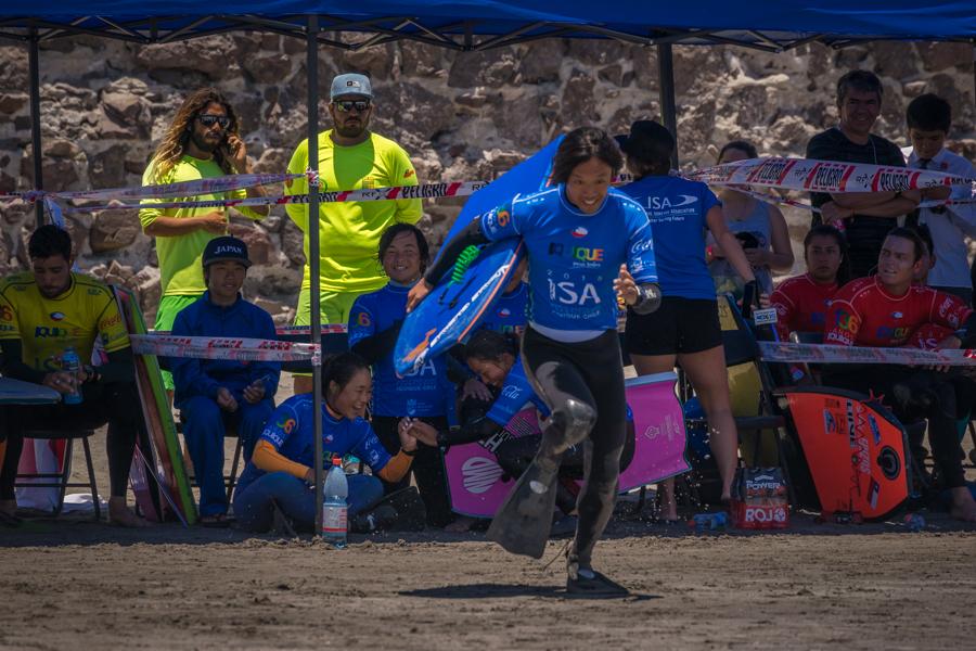 Yoshitada Kondo de Japón corre hacia las olas en su turno del ISA Aloha Cup. Foto: ISA/Sean Evans