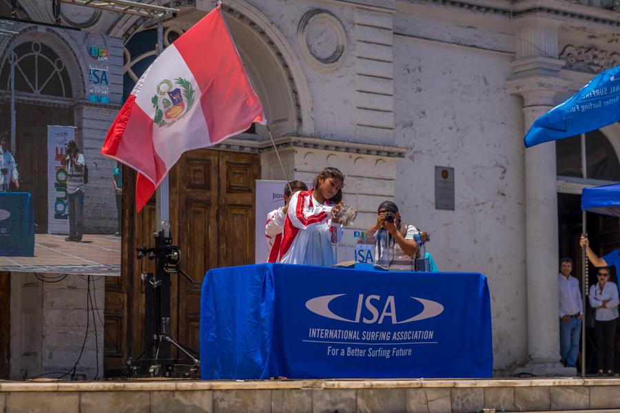 Angela Lopez representó a su país de Perú en la Ceremonia de las Arenas del Mundo el lunes in la histórica Plaza Arturo Prat de Iquique. Foto: ISA/Sean Evans