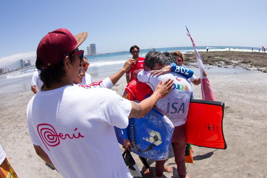 Alan Muñoz (CHI) abraza a Miguel Rodríguez (PER) después de que los dos avanzaron a la Gran Final de Open Hombres. ISA/Foto: Pablo Jimenez