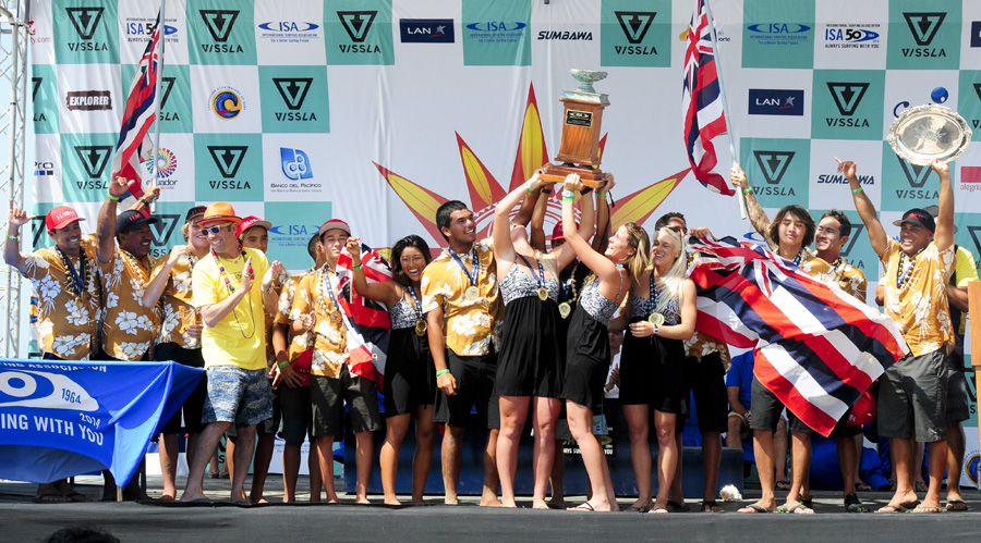 ISA President Fernando Aguerre presents the overall Team Champions Hawaii the ISA World Junior Team Champion Trophy. Photo: ISA/Michael Tweddle
