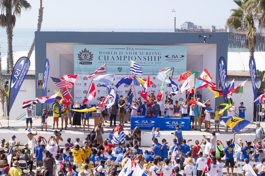 Un representativo de cada país ondea su bandera nacional mientras el Presidente de la ISA, Fernando Aguerre, inaugura la competencia. Foto: ISA/Chris Grant