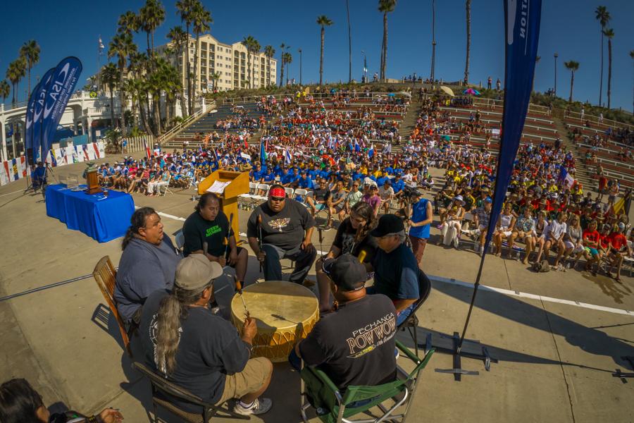 Los Dancing Cloud Singers desempeñan una canción con un tambor para la audiencia de la Ceremonia de Apertura. Foto: ISA/Sean Evans