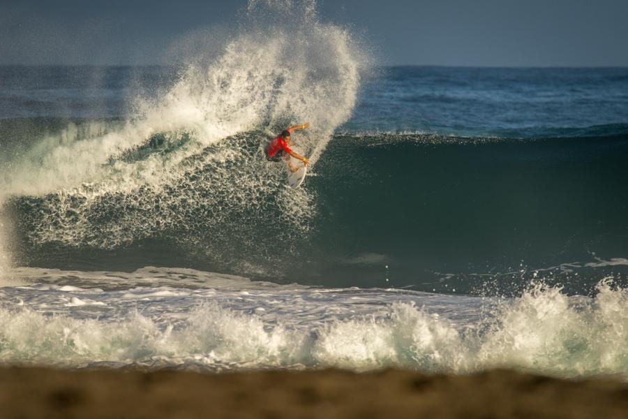 Kaulana Apo de Hawaii demuestra su poderoso surfing, en su ruta para avanzar a la Ronda 5 de Hombres Sub-18. Foto: ISA/Sean Evans
