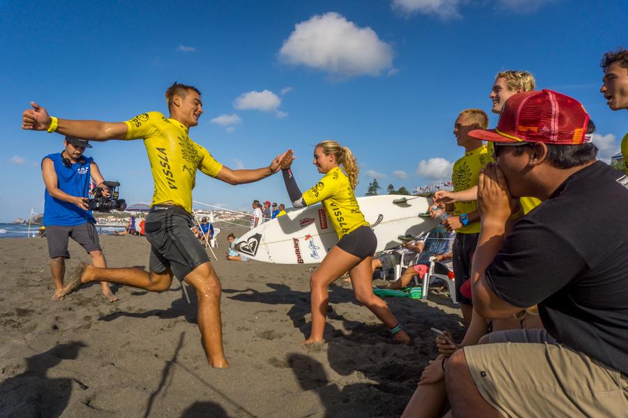 Barron Mamiya de Hawaii pasa el turno a Summer Macedo para finalizar con los relevos del ISA Aloha Cup. Foto: ISA/Sean Evans