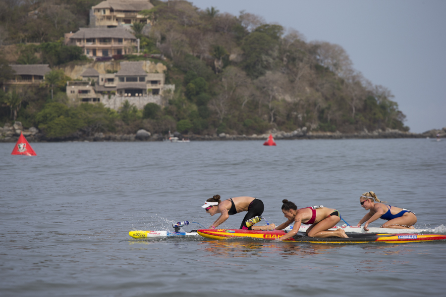 The Women's Distance Paddleboard Race was close until the end, as shown by this close pack comprised of Australia's Jordan Mercer (left), South Africa's Anna Notten (center) and USA's Carter Graves (right). Photo: ISA/Bielmann