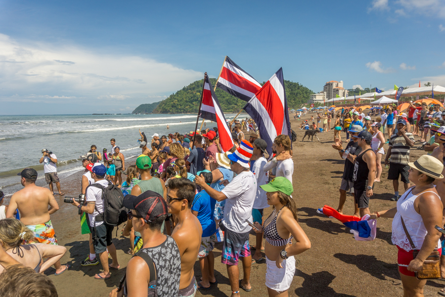 The local Costa Rican crowd cheers on their surfer in the water. Photo: ISA / Sean Evans