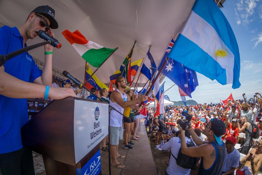 La Medallista de Oro de Mujeres del ISA World Surfing Games 2015, Tia Blanco, participa con orgullo en la Ceremonia de las Arenas del Mundo. Foto: ISA / Sean Evans