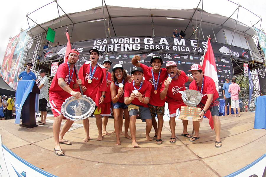 Team Peru celebrates after winning the 2016 INS ISA World Surfing Games, their second title in three years (2014 & 2016). Photo: ISA / Pablo Jimenez