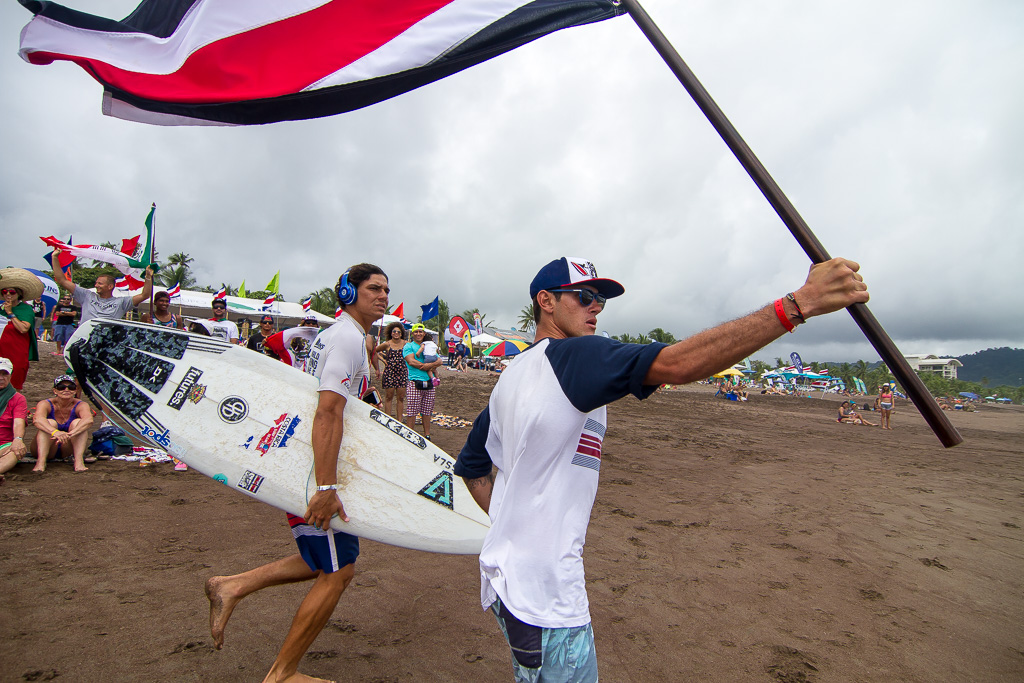Anthony Fillingim was the first Tico eliminated from the competition, but he still holds his flag high in support of fellow teammate Tomás King, who went on to post the second highest score (15.17) of Repechage Round 4. Photo: ISA / Pablo Jimenez