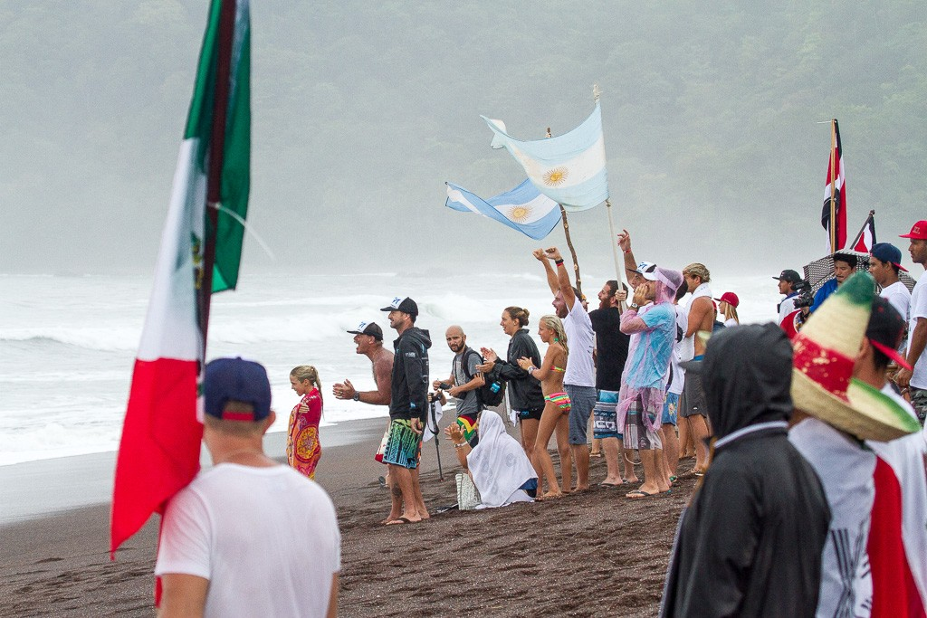 Team Argentina supports Leandro Usuna as he advances through his Round 2 heat. Photo: ISA / Pablo Jimenez