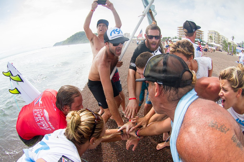 Team Argentina gathers for a cheer after Marcelo Rodriguez passes through his Repechage heat. Photo: ISA / Pablo Jimenez