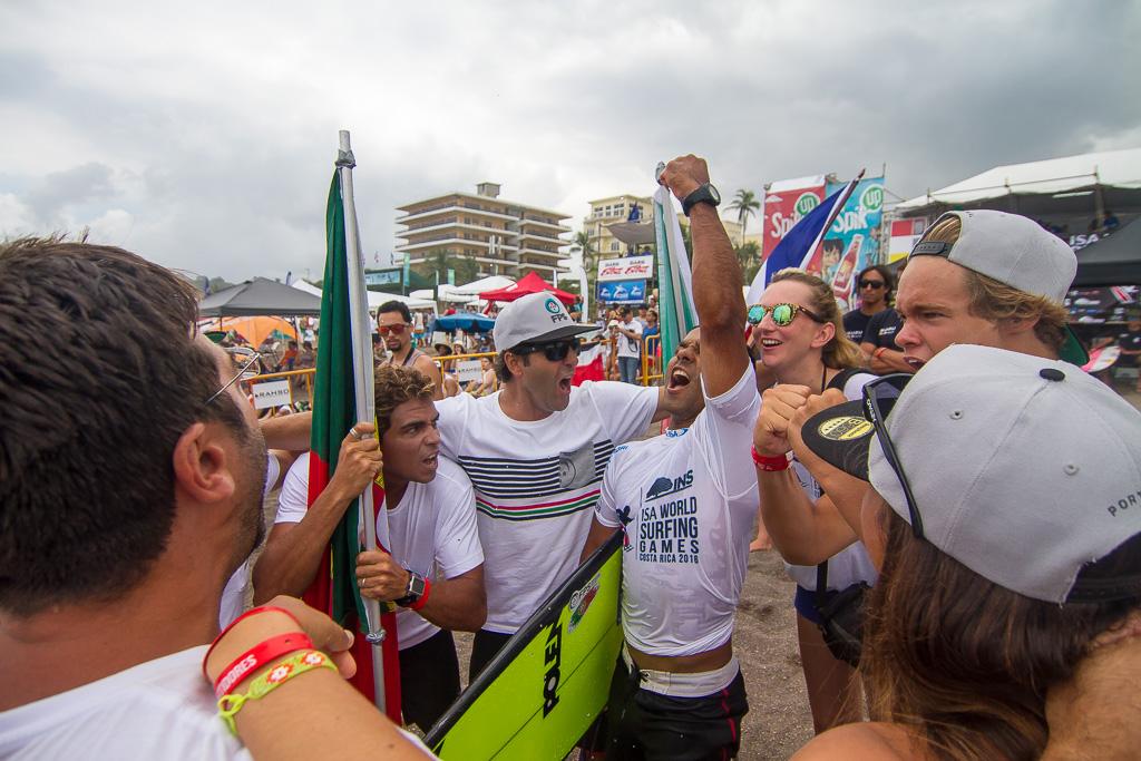 El equipo de Portugal celebra luego que Pedro Henrique gana en los últimos segundos de su serie en la Ronda 5 del Evento Principal. Foto: ISA / Jimenez