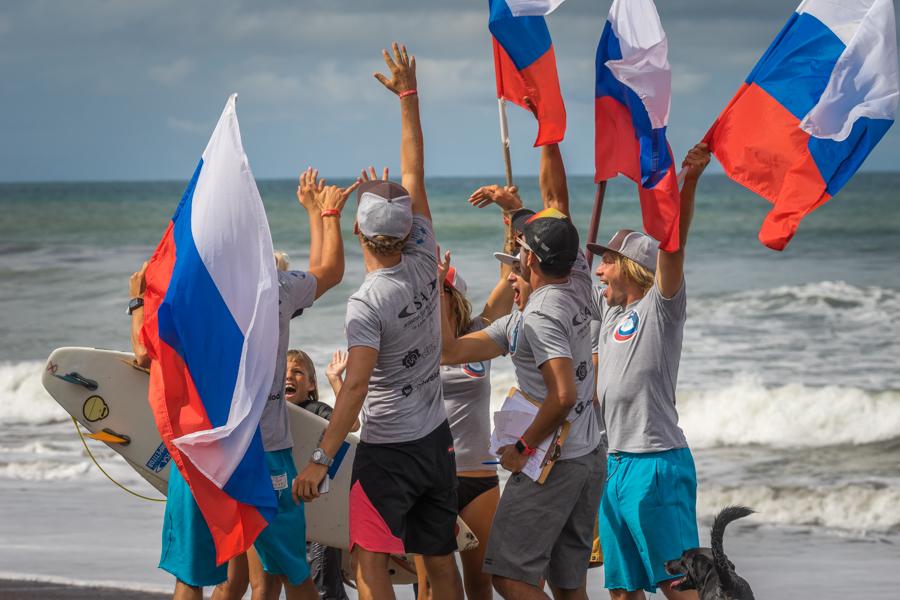 El equipo de Rusia celebra el avance de Anna Chudnenko en su serie de Repechaje Ronda 1. Foto: ISA/Sean Evans