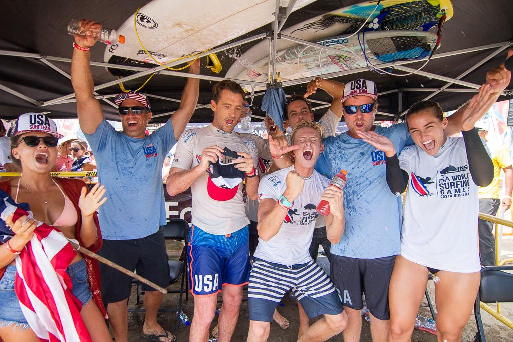 El equipo de Estados Unidos celebra luego de ganar el ISA Aloha Cup, la primera Medalla de Oro de la competencia y de la era del Surfing Olímpico. Foto: ISA/Pablo Jiménez